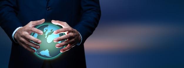 Ręce mężczyzny, trzymając holograficzny glob