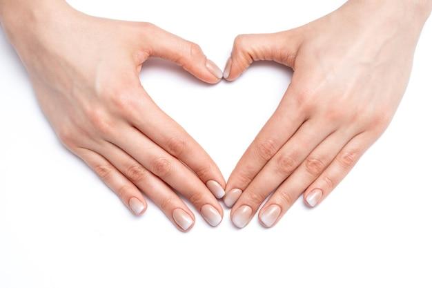 Ręce młodej kobiety, tworząc serce