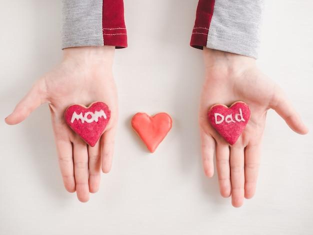 Ręce młodszej córki i słowa mom