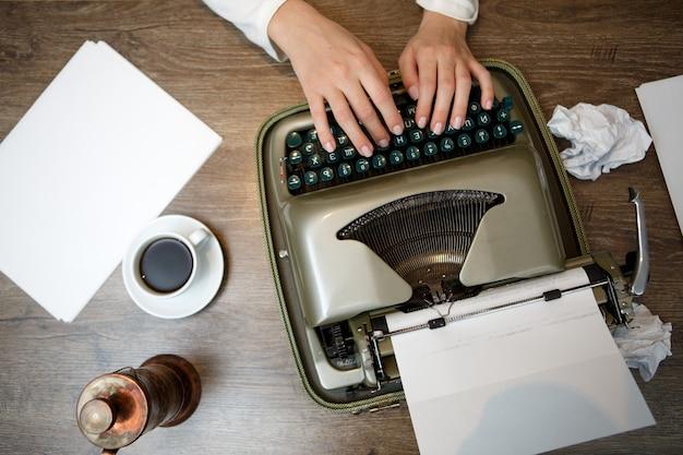 Ręce na maszynie do pisania
