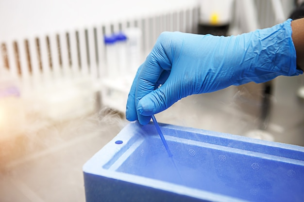 Ręce naukowca w laboratorium