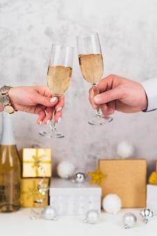 Ręce opiekania kieliszki do szampana