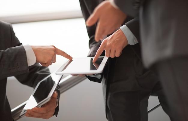 Ręce osób pracujących z komputerem typu tablet
