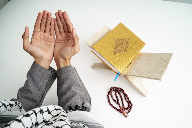Ręce otwórz ramię podczas modlitwy w kulturze islamu