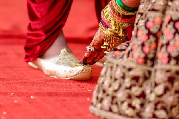 Ręce pary młodej, indyjski ślub