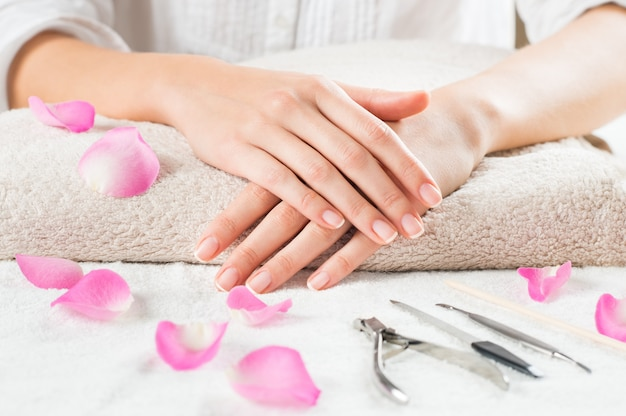 Ręce piękna na ręczniku