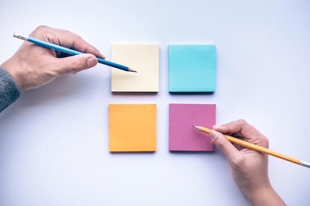 Ręce pisania na papierze na białym tle