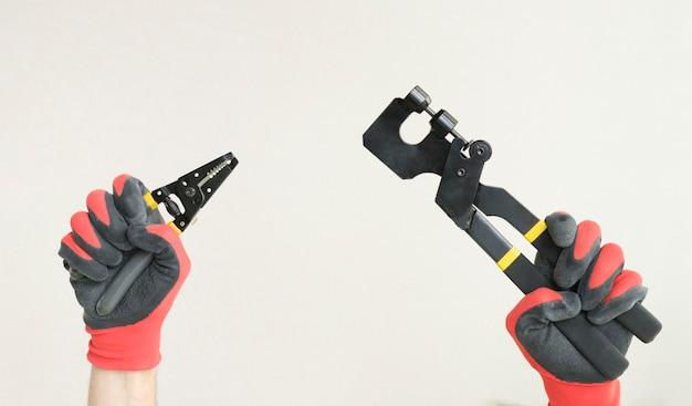 Ręce podniesione, trzymając różne narzędzia, koncepcja budowy i renowacji.