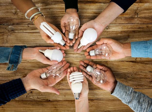 Ręce pokaż pomysły żarówki wspólnie partnerstwa