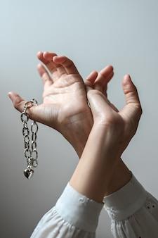 Ręce pokazują kobiecą biżuterię