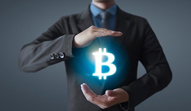 Ręce pokazujące ikonę bitcoina jako wirtualne pieniądze na cyfrowym rynku