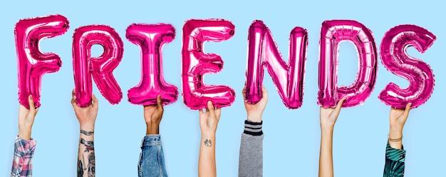 Ręce pokazujące przyjaciele balony słowo