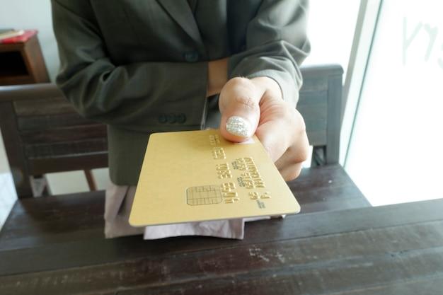 Ręce posiadania karty kredytowej