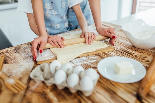 Ręce pracujące z przepisem przygotowania ciasta