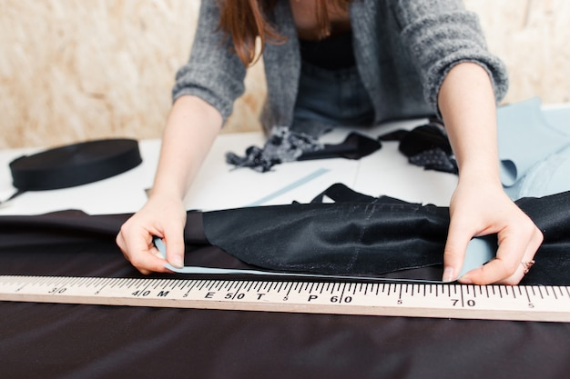 Ręce projektanta przy pracy z tkaniną
