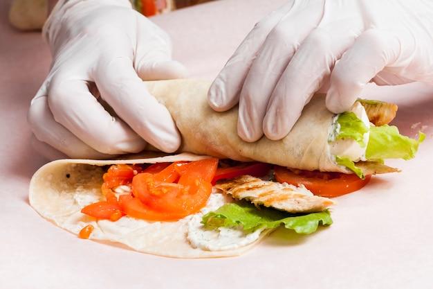 Ręce przygotowujące burrito