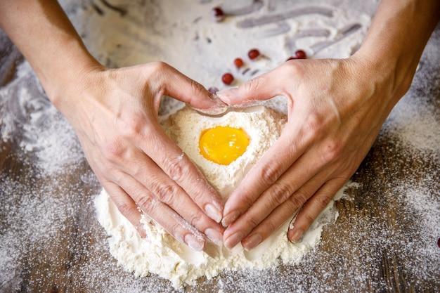 Ręce przygotowuje ciasto