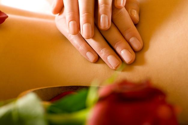 Ręce robi masaż pleców