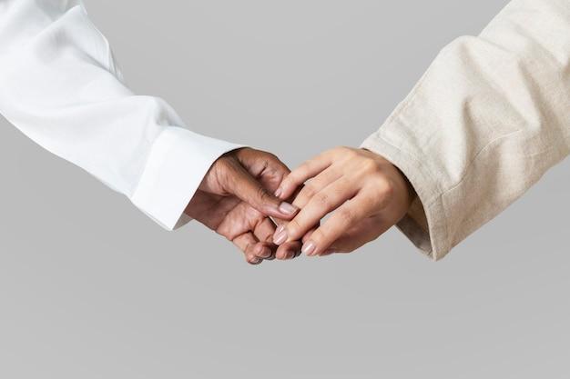 Ręce różnorodności spotykają się w jedności