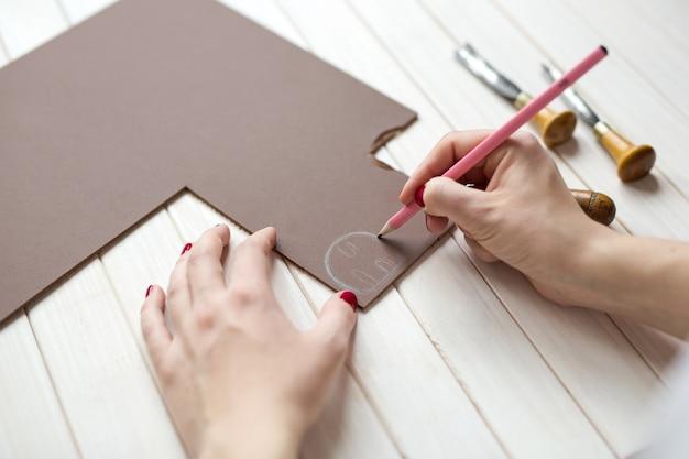 Ręce rysują i rzeźbią linoryt, rękodzieło koncepcyjne