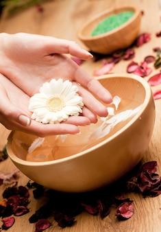 Ręce spawoman z kwiatem