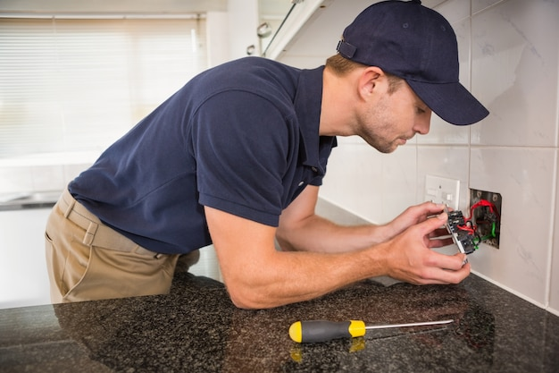 Ręce sprawdzanie połączeń kabli elektrycznych