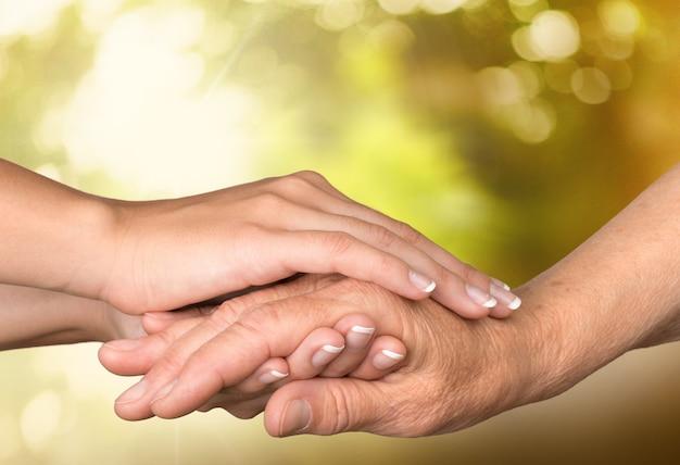 Ręce starca i młodej kobiety. ścieśniać.