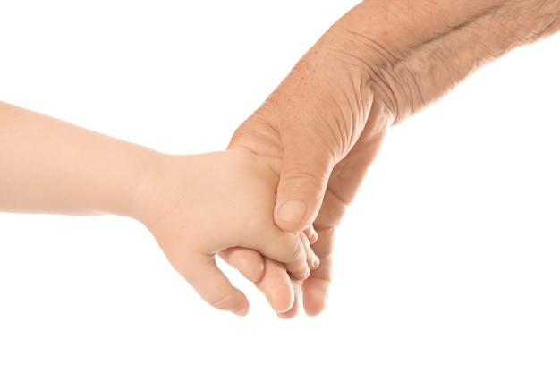 Ręce starszego mężczyzny i dziecka na białym tle