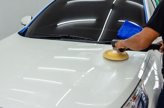 Ręce trzyma narzędzie pracy polski samochód.