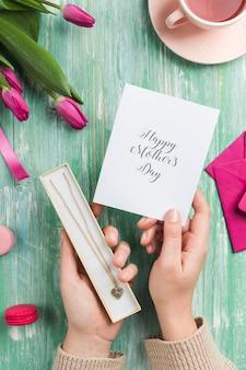 Ręce trzyma prezenty dzień matki