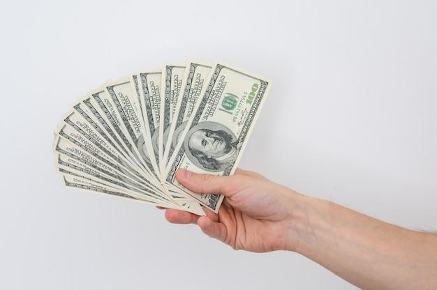 Ręce trzyma sto dolarów rachunku ręce trzyma dużo pieniędzy na białym tle