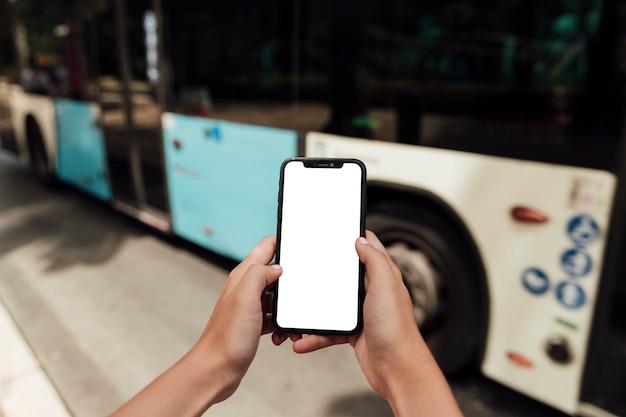 Ręce trzyma telefon z makiety