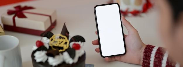 Ręce trzyma telefon z pustym ekranem