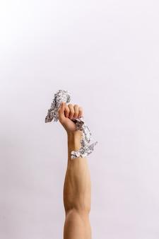 Ręce trzymają śmieci na jasnym tle