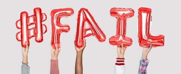 Ręce trzymając #fail słowo w litery balonu