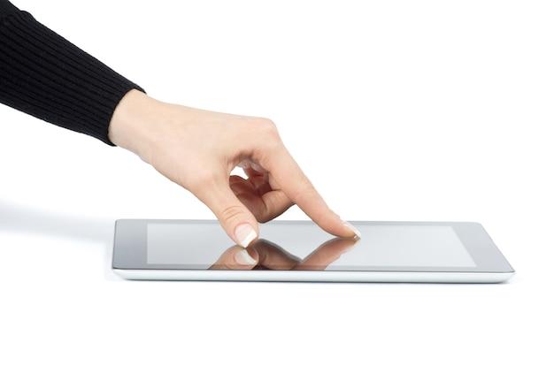 Ręce, trzymając komputer typu tablet na białym tle