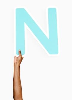 Ręce trzymając literę n