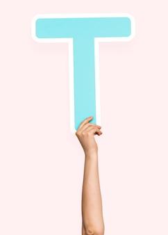 Ręce trzymając literę t