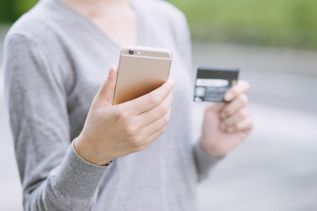 Ręce, trzymając plastikową kartę kredytową i za pomocą laptopa. koncepcja zakupów online.