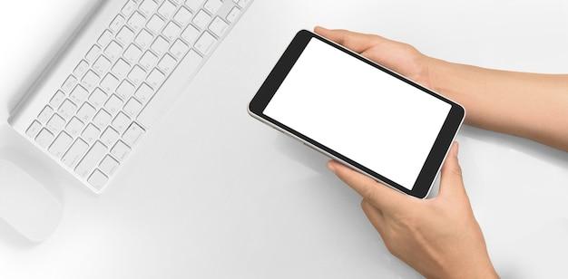 Ręce, trzymając tablet dotykowy gadżet komputerowy z na białym tle ekran