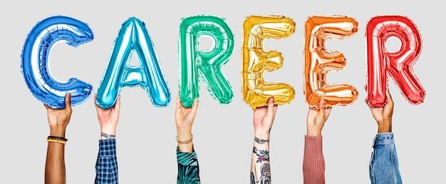 Ręce trzymające balony pisowni kariera