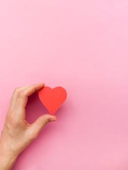 Ręce trzymające czerwone serce, zdrowie serca, darowizna, dobroczynność szczęśliwego wolontariusza, społeczna odpowiedzialność csr, światowy dzień serca, światowy dzień zdrowia, światowy dzień zdrowia psychicznego, dom zastępczy, dobre samopoczucie, koncepcja nadziei