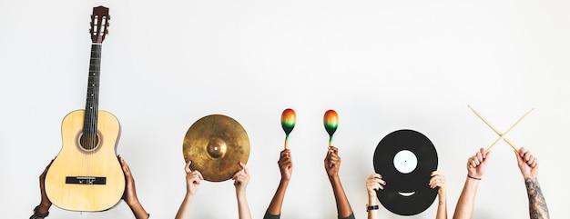 Ręce trzymające instrumenty muzyczne