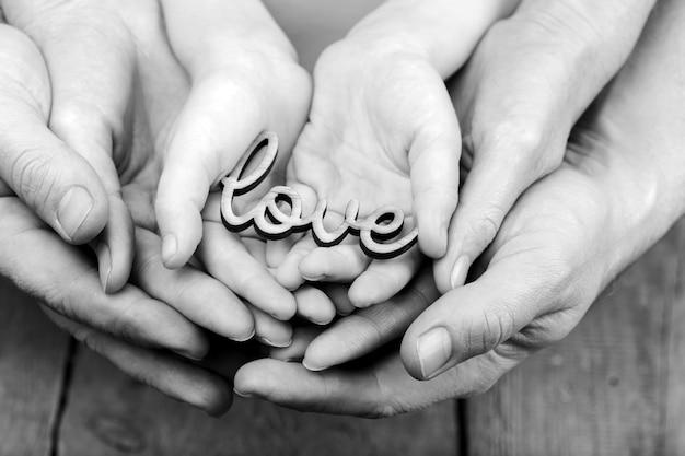 Ręce trzymające słowo miłość, monochromatyczne