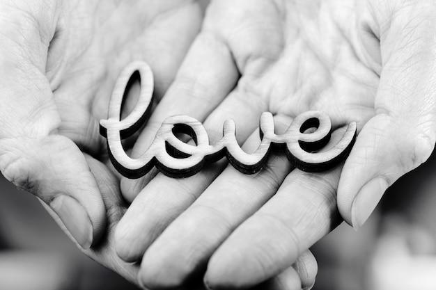 Ręce trzymające słowo miłość