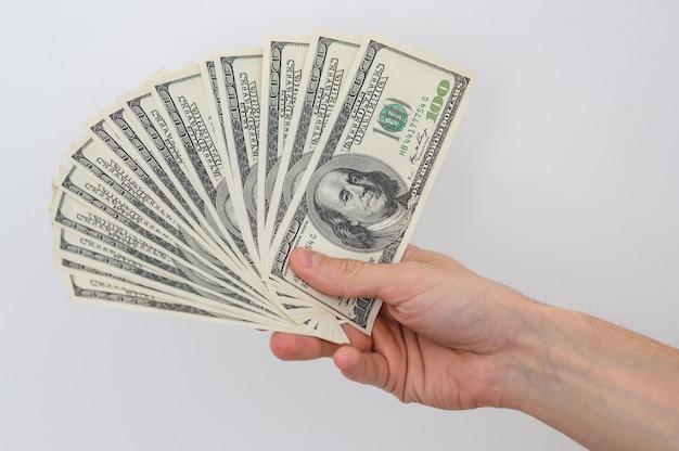 Ręce trzymające studolarowy banknot