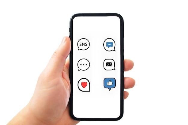 Ręce trzymające telefon z komunikatorem aplikacji trzymając smartfon