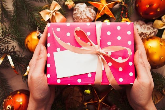 Ręce umieścić prezent pod choinką, pustą kartę