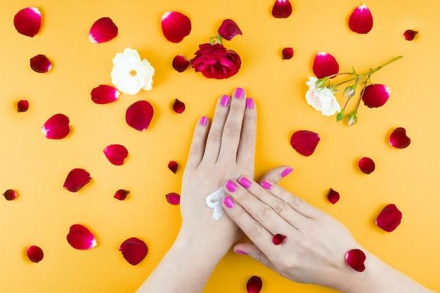 Ręce uroda makijaż kwiaty