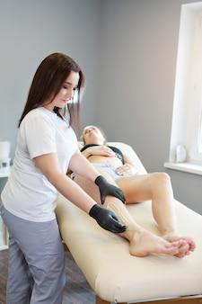 Ręce w gumowych rękawiczkach zbliżenie lekarz kładzie wosk miód medyk przygotowuje się do depilacji koncepcja medycyny opieka zdrowotna przemysł kosmetyczny usuwanie włosów naturalny materiał kopia przestrzeń